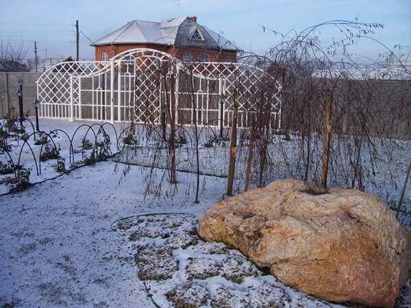 камень созерцания зимой